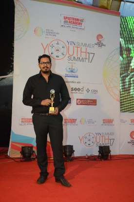 Pritesh-Vaishya-with-Young-entrepreneurs-award